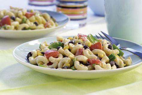 Vous cherchez une recette de pâtes pour nourrir tous vos invités? Cette salade, qui vous vaudra bien des félicitations, est prête en tout juste 15minutes!
