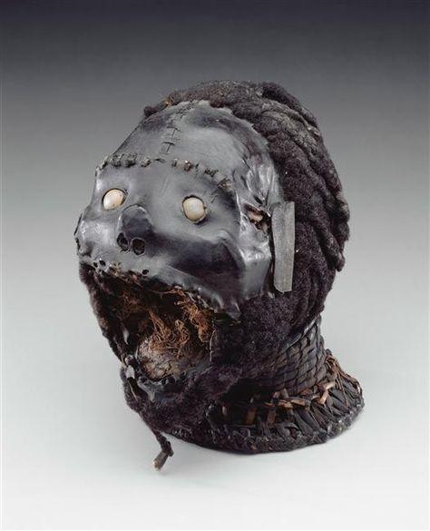 Art africain du Niger, Tête Ekoi, fin 19e-début 20e siècle Le masque est construit sur un véritable crâne humain tendu de peau d'antilope et recouvert de cheveux humains au niveau du crâne et du menton (+plomb, vannerie). Paris, musée du quai Branly