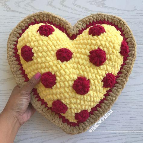 Here you will find the Heartsprinkle Pillow mods and free patterns! Bag Crochet, Crochet Food, Crochet Gifts, Cute Crochet, Crochet Yarn, Crochet Cupcake, Crochet Owls, Crochet Blocks, Chrochet