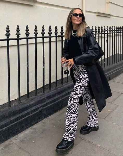Your wardrobe is in need of an animal print update. So look no further than our Joven trousers. Featuring a high waist fit with flared legs in a bold zebra print. Winter Fashion Outfits, Look Fashion, Fall Outfits, Autumn Fashion, New York Winter Fashion, All Black Fashion, Winter Street Fashion, New York Fashion, Cold Winter Outfits