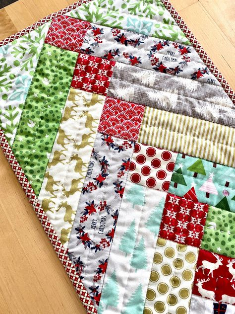 Quilted Table Runners Christmas, Christmas Patchwork, Christmas Runner, Table Topper Patterns, Table Runner Pattern, Table Toppers, Quilt Blocks Easy, Jewish Crafts, Christmas Sewing Projects