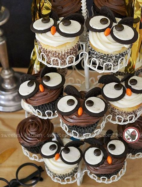 The Best Harry Potter Birthday Party Ideas Owl Cupcakes. Owl part… The Best Harry Potter Birthday Party Ideas Owl Cupcakes. Creative Harry Potter birthday party ideas for the best wizarding party. Baby Harry Potter, Baby Shower Harry Potter, Harry Potter Torte, Harry Potter Motto Party, Harry Potter Snacks, Harry Potter Fiesta, Harry Potter Cupcakes, Harry Potter Thema, Harry Potter Birthday Cake