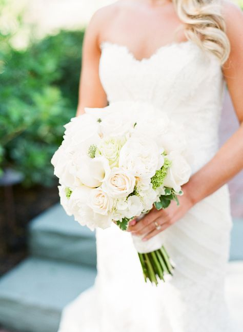 Classic all white bouquet | Photography: Lynette Boyle Photography - lynetteboylephotography.com