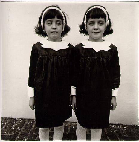 © Diane Arbus. --  Influenciada por Model y la película Freaks, Diane Arbus eligió a personas marginales para sus fotografías: gemelos, enfermos mentales, gigantes, familias disfuncionales, fenómenos de circo, etc.
