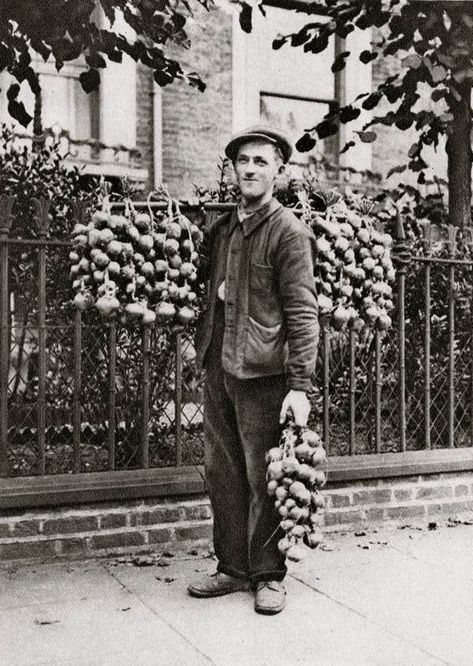 Onion Seller. Characterful portraits of Londoners, believed to be by photographer Donald McLeish (1879-1950), selected from the three volumes of Wonderful London edited by St John Adcock and produced by The Fleetway House in the nineteen-twenties.