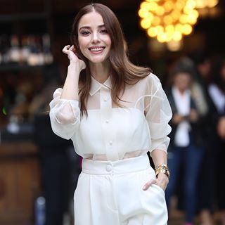 Ozge Gurel En Instagram Bu Aksam Dolunay Dolunaydizistar Turkish Fashion Female Clothes Outfits Fashion