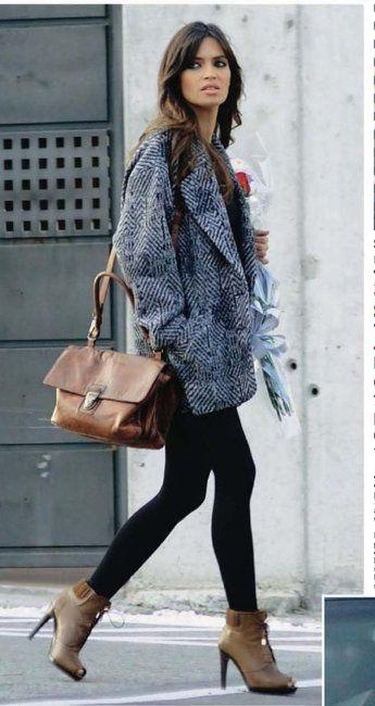 Chaquetas XL, leggins vaqueros, bolso camel y botines de tacón. Un estilismo muy de Sara ;)