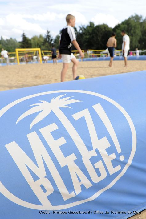 Metz Plage (4) | Une véritable plage de sable fin s'installe au Plan d'Eau pour célébrer l'été. Un air de vacances avec parasols, transats, bassins, animations sportives… Fin juillet-fin août, au plan d'eau  Découvrez la en venant nous rendre visite :-) !