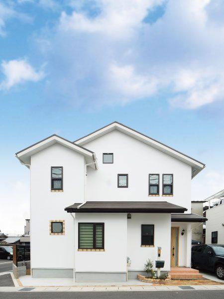 まっ白なお家 窓枠のタイルがアクセントに ホームウェア マイ