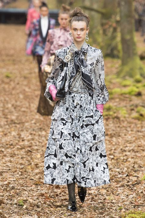 Chanel Fall 2018 Ready-to-Wear Fashion Show Collection: See the complete Chanel Fall 2018 Ready-to-Wear collection. Look 45