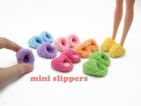 Coisas que Gosto: DIY Miniature Doll Mini Fuzzy Room Slippers - Easy. Sewing Barbie Clothes, Barbie Dolls Diy, Barbie Sewing Patterns, Barbie Shoes, Barbie Doll House, Doll Shoes, Doll Clothes Patterns, Doll Patterns, Diy Dolls Clothes