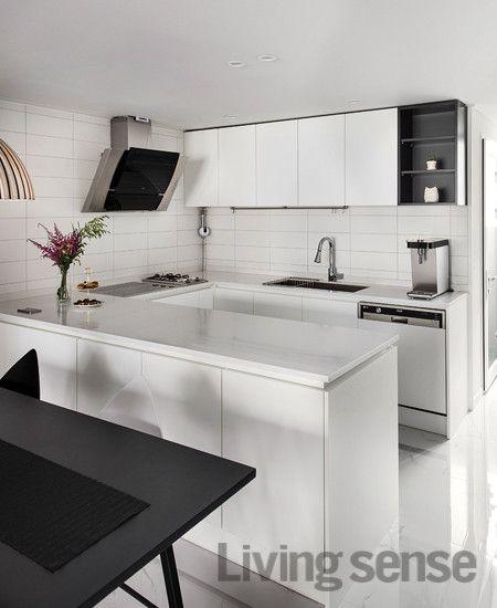 기존 보조 주방을 주방의 일부로 흡수하고 나머지 공간은 세탁실로 만든 만큼 여유로운 ㄷ자 구조의 주방을 완성했다 가열대에는 인덕션과 가스 쿡탑을 나란히 설치 요리를 효율적으로 할 수 있다 주방 가구 하부는 모두 수납공간으로