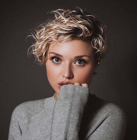 Do you have curly hair and you want to try a short and trendy haircut? We have 21 stunning curly pixie cut hairstyles to show you. Short Curly Pixie, Curly Pixie Hairstyles, Blonde Pixie Cuts, Short Curly Haircuts, Curly Hair Cuts, Short Hairstyles For Women, Short Hair Cuts, Curly Hair Styles, Cut Hairstyles