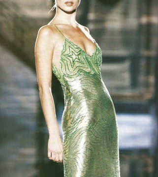 supermodels Kate Moss in a lime green metal mesh dress, for Atelier Versace, Spring Haute Couture Style, Couture Mode, Couture Fashion, 90s Fashion, Runway Fashion, High Fashion, Fashion Show, Vintage Fashion, Fashion Outfits