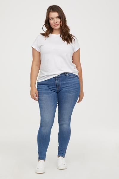 Update your look with affordable plus-size women's clothing from H&M. Browse a wide selection of trendy clothes, from casual summer styles to work outfits.