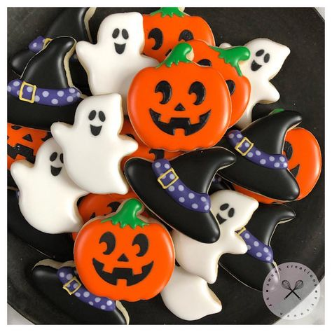 Halloween minis🤗 #halloween #halloweencookies #halloweentreats #happyhalloween #trickortreat #halloweenparty #sweettable #cookiefavors #featuremyparty #customcookies #handmade #cookies #sugarcookies #cookieart #decoratedcookies #instacookies #royalicing #royalicingcookies #decoratedsugarcookies #cookiedecorating #cookielove #food #foodie #cookiegram #toronto #torontosweets #gta #sweetcreationsbyvanessaevents