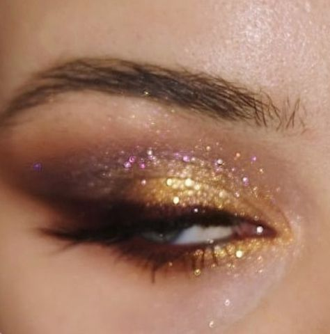 60 Attractive and Beautiful Glitter Eye Makeup Just look at o. 60 Attractive and Beautiful Glitter Eye Makeup Just look at our collection of 60 glitter eye makeup and you will be hooked on this eye makeup look. Makeup Goals, Makeup Inspo, Makeup Art, Makeup Inspiration, Cute Makeup, Pretty Makeup, 90s Makeup Look, Beautiful Eye Makeup, Cheap Makeup