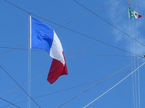 Les couleurs flottent sur le Cuauhtemoc, quai Louis XVIII, Bordeaux, Gironde, Aquitaine, France. #Bordeaux #flag #Mexico #France