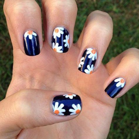Nail art bleu et marguerites