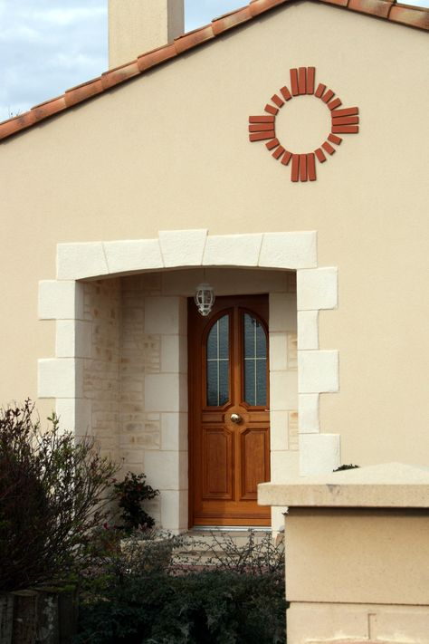 La façade de cette maison a été décorée en partie avec lu0027enduit qui