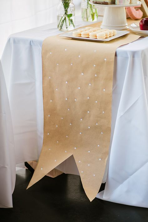 what do you think about kraft paper table runners for the wedding? very cheap Paper Tablecloth, White Tablecloth, Tablecloth Ideas, Kraft Paper Wedding, Butcher Paper, Decoration Originale, Decoration Table, Diy Table, Diy Party