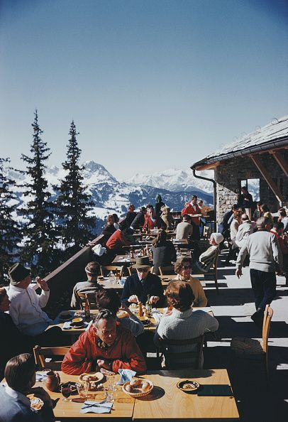 Holidaymakers at a ski lodge at Gstaad, Switzerland, March (Photo by Slim Aarons/Hulton Archive/Getty Images)Image provided by Getty Images. Ski Vintage, Vintage Ski Posters, Photo Vintage, Vintage Country, Slim Aarons, Mode Au Ski, Ski Et Snowboard, Ski Ski, Colorado Winter