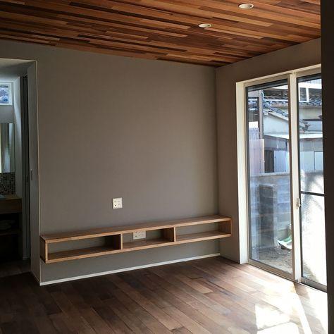 アクセントクロス レッドシダー天井 テレビボード 段差のある家 無垢床