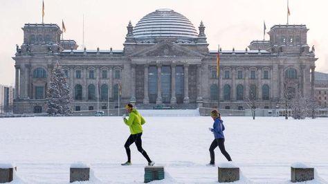 Wetter: Schneefront von Norden - Deutschland bis heute Abend ganz weiß? - Weather:#GER till tonight totally white? http://www.bild.de/news/inland/wetter/schnee-deutschland-weiss-winter-39131136.bild.html MyCity(not #Berlin, so, not on the pict.) got snow too today (Dec 29),cool+no snow chaos of course! Nice city+people->lucky!!!