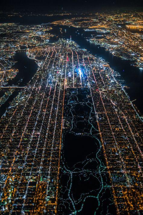 Une photo de New York la nuit vue du ciel - Dans un hélicoptère à 2200m d'altitude, un photographe a pris une jolie photo de New York (quartier de Manhattan) la nuit. On distingue facilement Central Park, Time Square et le quartier d'affaires (avec les gratte-ciels).