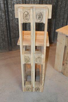 La Toute Premiere Serie De Chaises De Bar Creee Par L Equipe De L M Design Insolites Et Or In 2020 Wooden Pallet Projects Diy Pallet Furniture Wooden Pallet Furniture