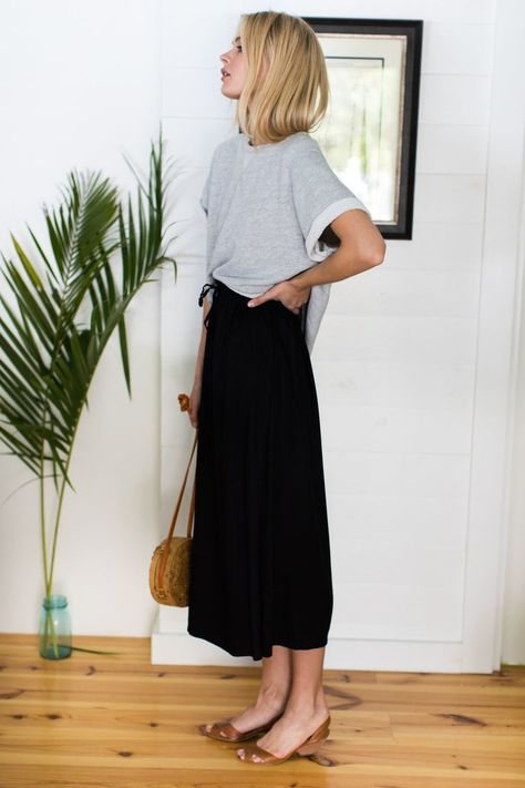 Long Black Skirt Outfit, Black Midi Skirt, Black Slip Dress, Maxi Skirt Outfits, Midi Skirts, Minimalist Fashion Summer, Minimalist Style, Summer Work Outfits, Trendy Outfits