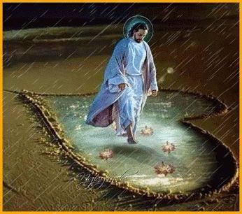 Ver imagen de Jesús caminando sobre la orilla del mar pasando por un corazón dibujado en la arena y la lluvia que cae con movimiento y brillo
