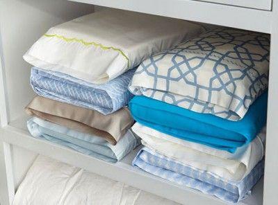 Usa la funda de la almohada para meter las sábanas del juego, queda todo perfectamente ordenado en el armario.