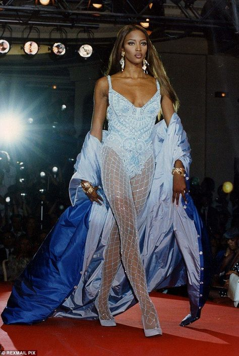 Naomi Campbell for Atelier Versace F/W 1991 Couture Mode, Style Couture, Couture Fashion, Runway Fashion, Fashion Models, Latex Fashion, Fashion Trends, Atelier Versace, Gianni Versace