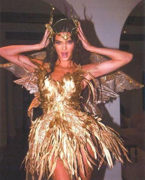 Kendall jenner Halloween birthday party 2019 gold dress stunning look fashion kardashians Boujee Aesthetic, Bad Girl Aesthetic, Aesthetic Photo, Aesthetic Pictures, Aesthetic Makeup, Aesthetic Collage, Aesthetic Vintage, Le Style Du Jenner, Kendall Jenner Style