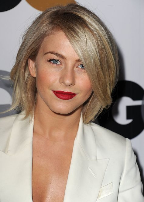 Julianne Hough - messy bob with side swept fringe. At GQ's Men of the Year party, Julianne Hough coupled an intense red lip colour with high-octane blush. Short Hair With Bangs, Hairstyles With Bangs, Wavy Hair, New Hair, Short Hair Styles, Julianne Hough Short Hair, Amanda Wakeley, American Music Awards, Jessica Biel