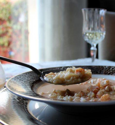 Sopa de pescado para NavidadIngredientes Sopa de pescado para 4 personas:  2 L. de caldo de pescado 120 gr. de orzo, fideos, sopa de lluvia o Arroz 16 langostinos 1 Tubo de calamar congelado 1 patata Elaboración Sopa de pescado:  Ponemos a calentar el caldo en una cazuela grande. Lavamos y picamos finamente el tubo de calamar. Lo incorporamos al caldo. Pelamos los langostinos. Introducimos las cascaras y cabezas en la redecilla que tenemos para cocer los garbanzos (si no la tienes te…