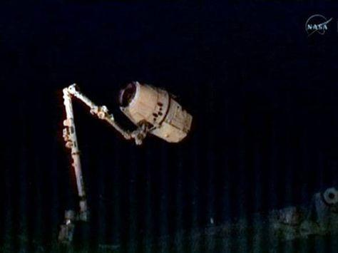 Braço robótico da ISS captura cápsula Dragon da SpaceX.