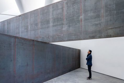 The building provides a permanent home for Richard Serra's sculpture 'London Cross', which is now owned by a private collector.
