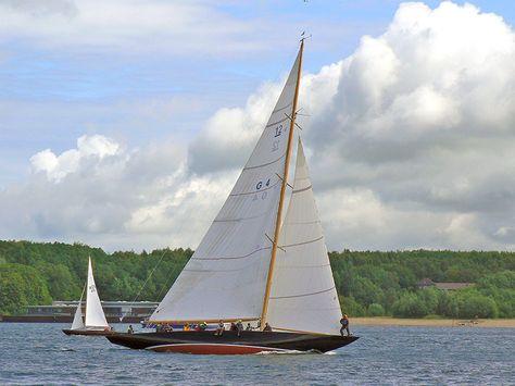 """Der Werkstoff Holz, aus dem die Boote gebaut sind, wird vom Wasser mehr in Anspruch genommen, als manch Eigner glaubt. Beispiele die ganz extrem sind, und die überregional Interesse weckten, waren die Restaurierungen der 12-Meter-R-Yachten """"Anitra"""" und """"Sphinx"""". Die Arbeiten an der """"Anitra"""" in der Boots- und Yachtwerft Josef Martin am Bodensee und in der extra für die Wiederherstellung des 12er """"Sphinx"""", gegründeten Werft Robbe & Berking Classics in Flensburg glichen vom Aufwand her eher…"""