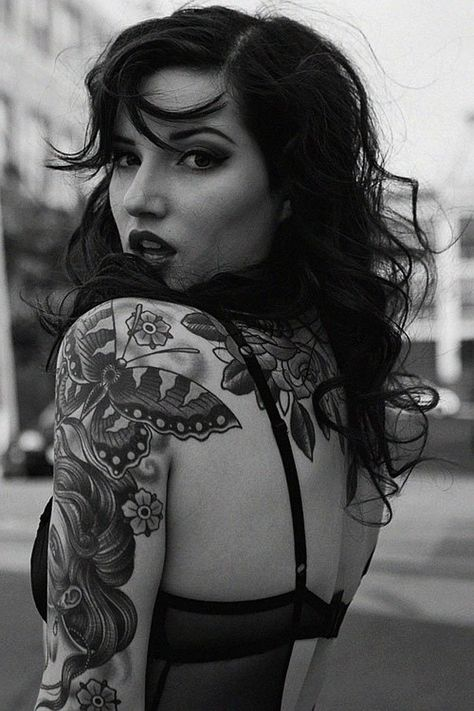 Bugs me so much when I hear men say women with tattoos aren't attractive : look hot beautiful this woman is