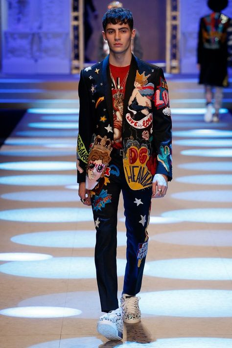 Dolce & Gabbana Fall 2018 Menswear collection, runway looks, beauty, models, and reviews.