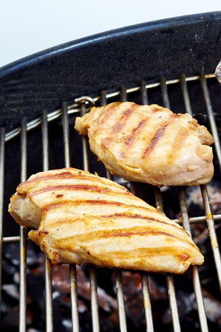 Hahnchen Grillen So Wird Das Fleisch Saftig Lecker In 2020 Hahnchenbrust Zubereiten Hahnchen Grillen Lecker