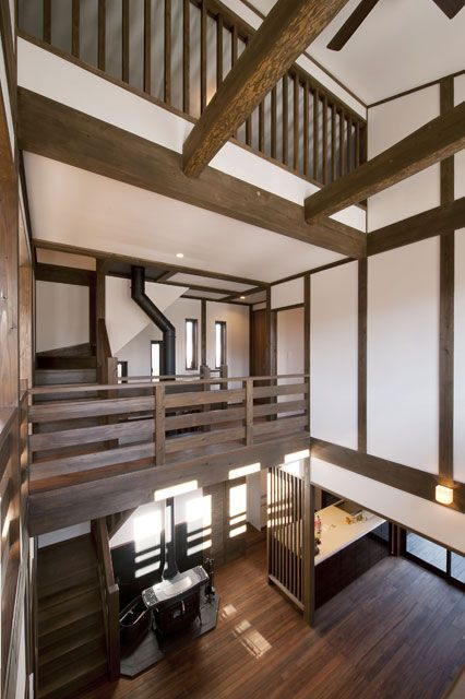 吹抜の上には 橋のような2階廊下 丸太梁を化粧で見せ 杉板を天井に