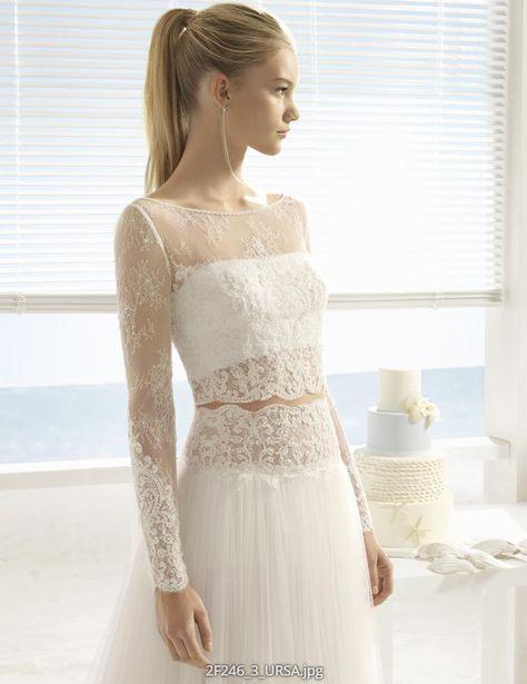 Dieses wunderschöne Brautkleid von Aire Barcelona Beach Wedding ist ein aufregender Zweiteiler aus viel Spitze! Du erhältst es im Brautmodengeschäft Princess Dreams in Berlin.
