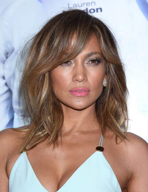 Le carré long de Jennifer Lopez Son astuce coiffure anti-âge: dynamiser son carré long par un dégradé sur les pointes et en contours de visage. Les reflets miel et doré de sa colo réchauffent son teint tandis que ses ondulations wavy apportent une petite touche actuelle à son look.