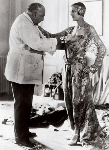 Paul Poiret, diseñador francés que liberó el busto de la mujer, dio libertad a su cuerpo, pero encadenó sus piernas.