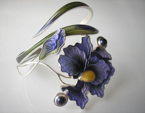 Praca zarezerwowana. Bransoleta wykonana ze srebra 925, skóry naturalnej, bursztynu bałtyckiego i pereł hodowlanych.