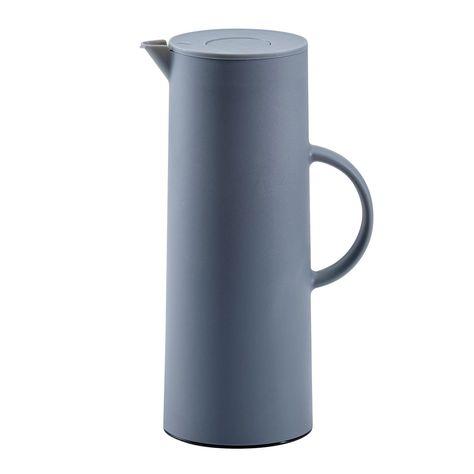 Diese Thermoskanne in gewohnter HOMEWARE Qualität ist perfekt, damit Sie Ihre Lieblingsgetränke stets auf der richtigen Temperatur genießen können. Das Gefäß hat ein Fassungsvermögen von ca. einem Liter und hält dank des integrierten Glaskolbens zu 100 % dicht. Der Tragegriff erleichtert die Mitnahme der Kanne ins Büro, an die Uni oder zum Picknick. Halten Sie beispielsweise aromatischen Kaffee 24 Stunden lang warm oder genießen Sie frische Fruchtsäfte ebenso lange kühl.