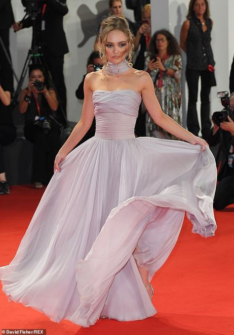 Lily-Rose Depp looks ethereal in a billowing lilac gown for The King at Venice Film Festival Lily-Rose Depp looks at a billowing purple dress for the Venice Film Festival Daily Online Post Lily Rose Melody Depp, Lily Rose Depp Style, Lily Rose Depp Chanel, Elie Saab Couture, Victoria Beckham, Carpet Diy, Black Carpet, Modern Carpet, Venice Film Festival
